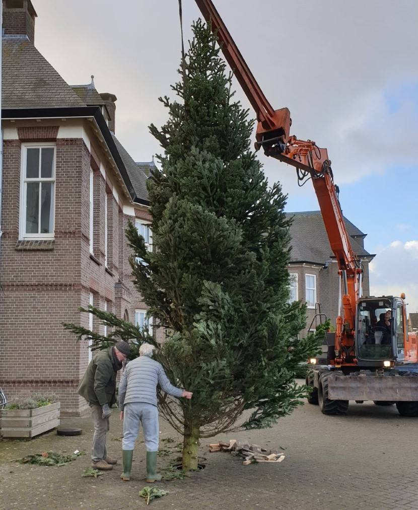 vrijwilligers-pancratiuskerk-kerstboom
